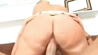 Inviting busty blonde floozy takes it all in her snatch