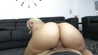 Dazzling busty Blondie Fesser enjoys sucking a massive and pulsating and hard dinky